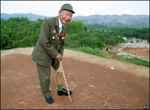 Do The Dau shows off his artificial leg