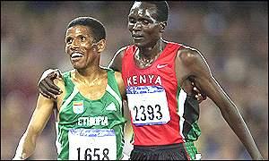 Etíope Haile Gebrselassie con su viejo rival Paul Tergat, de Kenya, para retener su título olímpico de los 10.000 metros.
