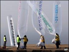 South Korean activists release propaganda balloons (20 May 2010)