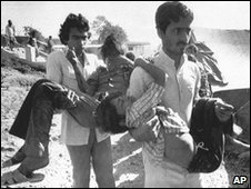 Men carry children blinded by the gas leak in Bhopal. Photo: December 1984