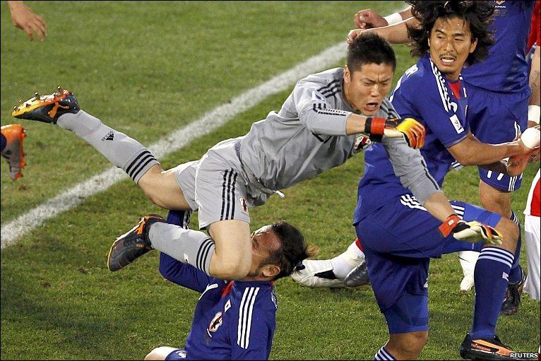 Eiji Kawashima collides with Tulio