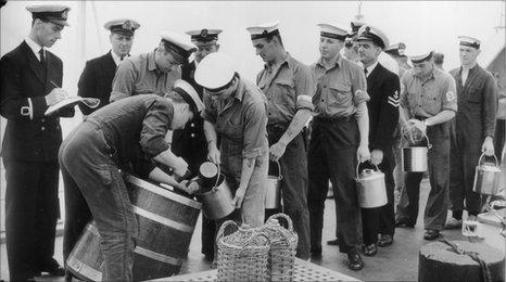 Les marins sont émis avec leur ration de rhum sur le HMS Torquay, vers 1956