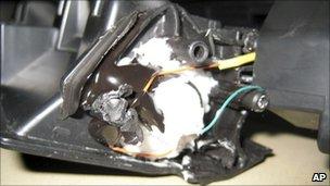 Partes de una impresora con explosivos dentro de su cartucho de tóner, que se encuentran en un paquete por la policía de Dubai (30 octubre 2010)