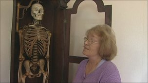 Mary Halliwell and skeleton of John Horwood