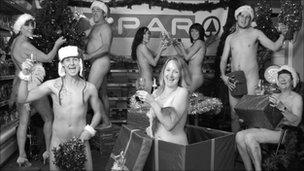 49924051 aspardec Fiéis posam nus para ajudar igreja local