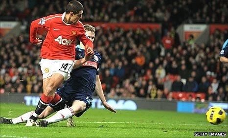 Javier Hernandez puts Man United ahead