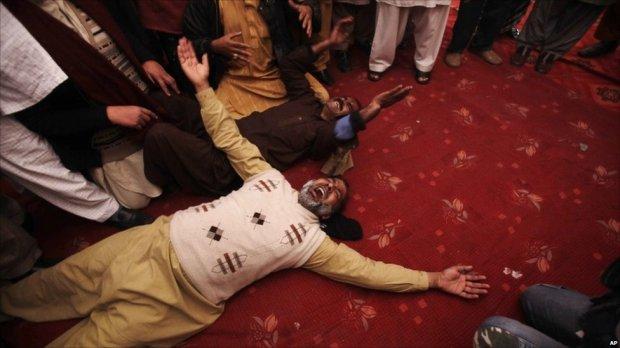 د سلمان تاثیر په جنازه کې پاکستانیان ماتم کوی