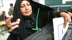 Iraqi woman votes in Najaf (January 2009)