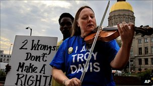 Gail Crouch plays a fiddle outside the clemency hearing Troy Davis, 19 Sept 2011