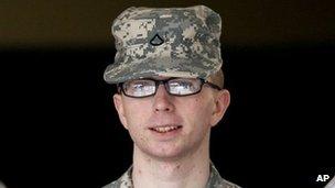 Pte Bradley Manning aparece por su audiencia previa al juicio en Fort Meade, Maryland, 22 de diciembre 2011