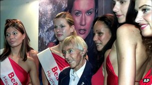 Beate Uhse (centre) and models - file