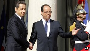 Nicolas Sarkozy shakes hands with Francois Hollande at the Elysee Palace (15 May 2012)