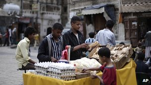 Yemeni street vendors sell food in Sanaa (file picture from 14 April 2012)