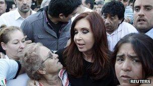 Argentine President Cristina Fernandez de Kirchner (C) in Villa Mitre in Buenos Aires (3 April 2013)