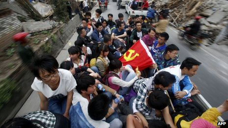 Volunteers enter Longmen township,  Sichuan (21 April 2013)