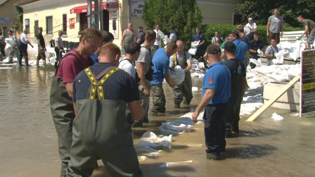 Firefighters and volunteers in Nagymaros lay sandbags to keep the flood  waters at bay 1a105fc622e4