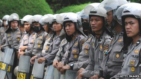 Indonesia police stand guard during the protest on 31 October 2013 in Surabaya