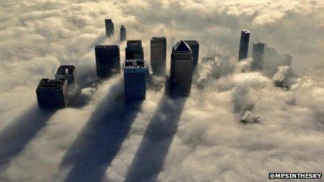 Canary Wharf en la niebla, fotografiado por un helicóptero de la Policía Met