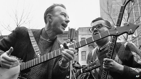 Pete Seeger (l) in 1975