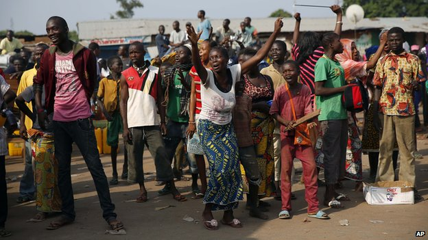 Christian crowds cheer a convoy of Muslim evacuees from Bangui