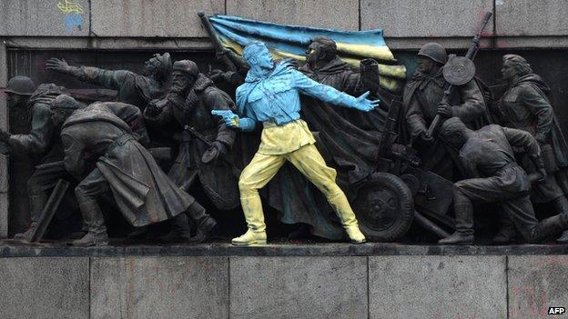 Foto de un monumento soviético en Sofía después de ser pintado con los colores de Ucrania (23 de febrero de 2014)