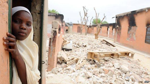 Una estudiante se encuentra en un aula quemada en una escuela en Maiduguri, Nigeria, el 12 mayo 2012