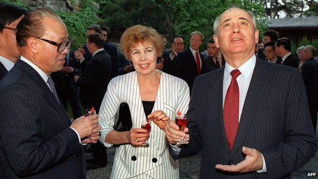 Soviet leader Mikhail Gorbachev (R) gestures as he talks to journalists 16 May 1989 in Beijing as Chinese Prime Minister and Chinese Communist Party's (CCP) general secretary Zhao Ziyang (L) and Raisa Gorbachev look on