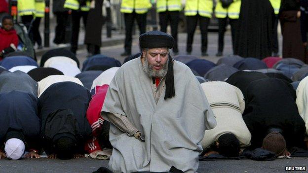 Abu Hamza leading prayers outside Finsbury Park mosque