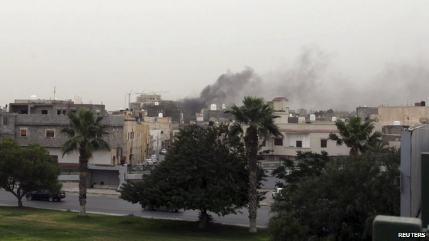 Smoke rises over the General National Congress building in Tripoli (18 May 2014)