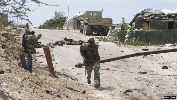 Somali soldiers take up positions near parliament (24 May)