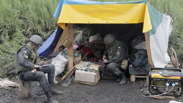 Ukrainian soldiers prepare their weapons at a position in Sloviansk, Ukraine (31 May 2014)