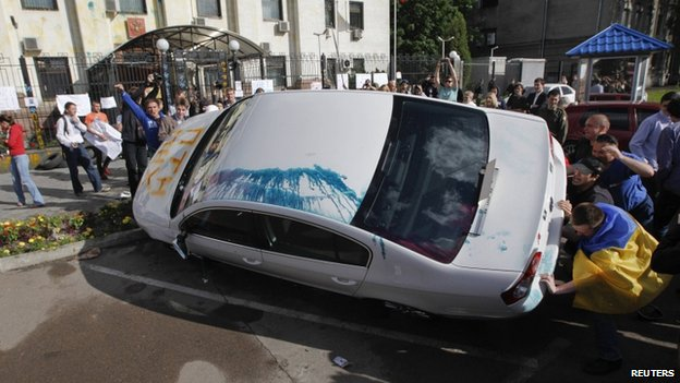 A pro-Ukrainian protest in Kiev on Saturday rallied in front of the Russian embassy