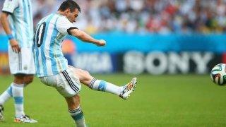 Lionel Messi menempatkan Argentina kembali memimpin dari set piece
