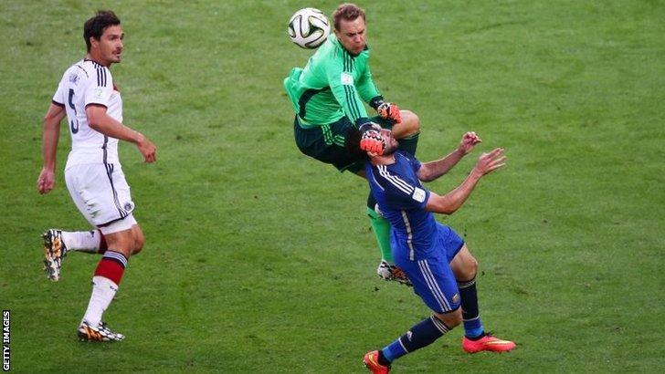 Manuel Neuer clatters into Gonzalo Higuain