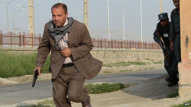 Afghan police run for cover at the site of a Taliban attack at Kabul airport (17 July 2014)