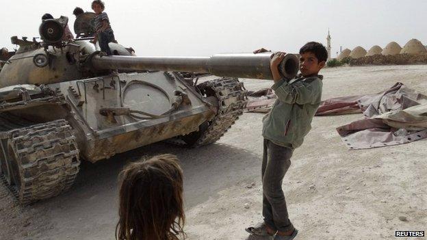 Syrian children near a tank in southern Aleppo (4 June 2014)