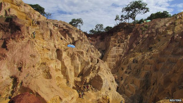Miners work at the Ndassima gold mine in the Central African Republic (22 May 2014)