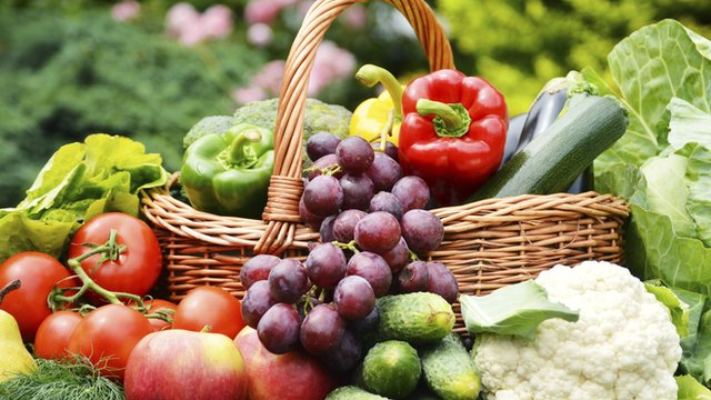 Experts advise eating a wide range of fruit and vegetables
