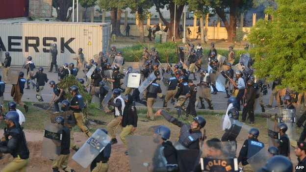 Riot police clash with protesters in Islamabad. Photo: 31 August 2014