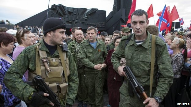 Rebel leader Alexander Zakharchenko (C) walks during a ceremony to honour the World War Two defenders of Donetsk from Nazi forces (8 September 2014)