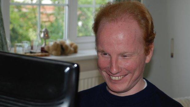 A headshot of Darren