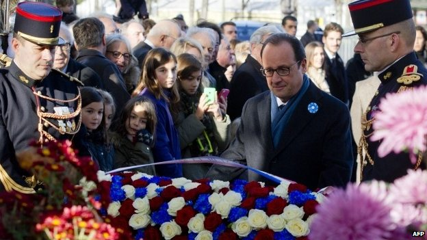 French President Francois Hollande lays a wreath on Armistice Day 2014 in Paris