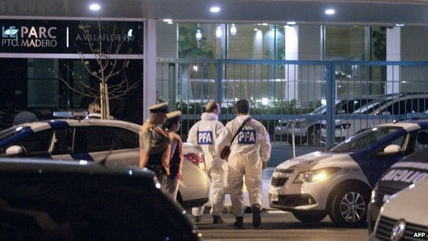 Picture released by Noticias Argentinas showing forensic scientists of the Argentine Federal Police arriving at the flat where Argentine prosecutor Alberto Nisman, 51, was found dead on 19 January, 2015