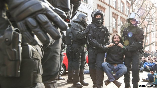 Riot police carry away an activist during a demonstration organized by the Blockupy movement to protest against the policies of the European Central Bank (18 March 2015)