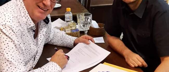 Dan Keen and Filippe Siqueira signing contract