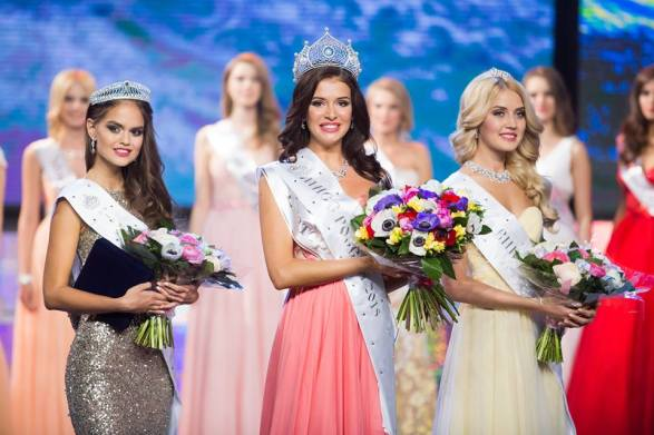 Sofia Nikitchuk along with 1st Runner up Vladislava Evtushenko (left) and 2nd Runner up Anastasia Naidenova