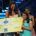 Ananya Sritam Nanda receiving cheque of Rs. 10 Lakh from Sonakshi Sinha
