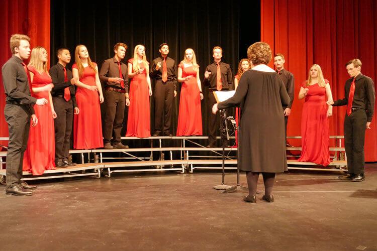 Cindy Jordan conducts Chanteurs