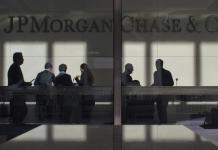 """JPMorgan Chase крупнейший финансовый холдинг США, запустил собственную экспериментальную платежную систему на основе blockchain INN. На сегодняшний день к систему уже подключились более 75 банков, включая крупнейший банк Канады Royal Bank of Canada, один из крупнейших французских финансовых конгломератов в Европе Société Générale, бан Santander UK, входящий в крупнейшую финансово-кредитную группу Испании и четвёртый по величине банк Австралии Australia and New Zealand Banking Group (ANZ). Главной целью новой платежной системы является удешевление и ускорение проведения международных транзакций между финансовыми учреждениями, на фоне общей обеспокоенности традиционных финансовых институтов растущим количеством новых финтех-стартапов, которые предлагают более эффективные платежные решения. """"Блокчейн - это способ сохранить нашу имеющуюся клиентскую базу. INN разработана для устранения недоработок нынешней банковской системы, транзакции внутри которой часто приостанавливаются из-за ошибок в обработке или для получения подтверждения. Иногда из-за этих проблем транзакция может задержаться на несколько дней, а то и недель"""", - отметил штатный аналитик JPMorgan Джейсон Голдберг. В настоящий момент пилотная блокчейн-программа INN обрабатывает только транзакции в долларах США, однако, в будущем JPMorgan планируют добавить остальные основные валюты. Подписывайся на канал Crypto.Pro в Telegram - всегда свежие новости и обзор рынка"""