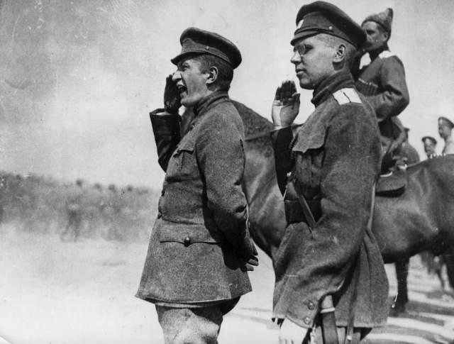 Kerenski (solda), son kurulan hükümette hem başbakanlık hem de savaş bakanlığı görevlerini yürüttü